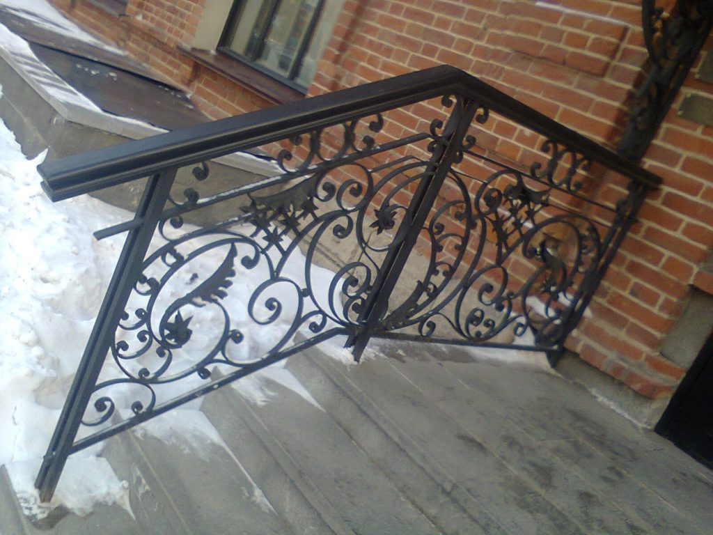 кованые перила лестницы на крыльце