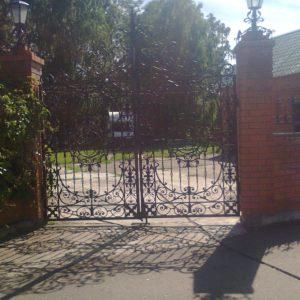 кованые ворота с калиткой и фонарями