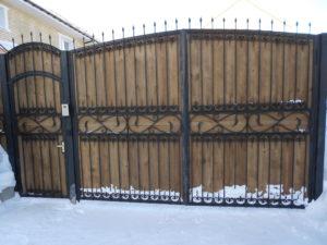 кованые ворота на деревянном полотне