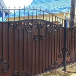 Забор с металлическим листом