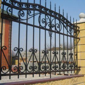 Забор с кирпичными столбами 010